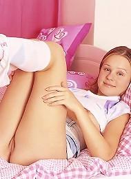 Petite brunette girlie spreading