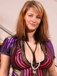 Jane Black shows her melons and gets them squashed in a vice