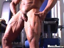 Roberto Bueno shows us his nude work out at the gym. That's right, he pumps his guns, flexes and poses in the buff!